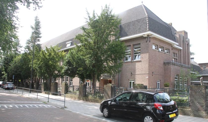 De L.W. Beekmanschool aan de Van der Does de Willeboissingel 14-15 is een regionale variant van de Amsterdamse School. De school is gebouwd in samenhang met villa's in hetzelfde bouwblok, in hetzelfde materiaal en dezelfde detaillering. Foto: Ed Hupkens
