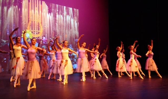 Leerlingen van Balletstudio Karin den Os geven een uitvoering in de Rijswijkse Schouwburg. Foto PR