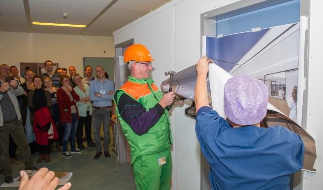 Daniëlle Cantin, coördinator vernieuwbouw OKC, en Erik Peters, uitvoerder van BAM Bouw & Techniek, geven het startsein. (Foto: Ernst-Jan Brouwer)