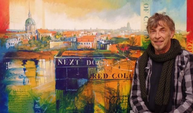 Beeldend kunstenaar Teus van Kooten bij één van zijn grote schilderijen. In veel van zijn werken zijn elementen van de stad Dordrecht verwerkt. Teus gebruikt ook regelmatig tekst in zijn werk, puur bedoelt als decoratief element. Ook houdt hij van vrolijke kleuren.