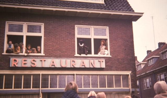 Vanuit een raam van Hotel Spaan bedankt St. Nicolaas voor de ontvangst.