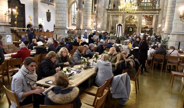 Het foodplein met hapjes en drankjes in het koor wordt uitgebreid met een pop-up restaurant. Dit jaar ook met veganistische en gezonde voeding. Foto: Marianka Peters
