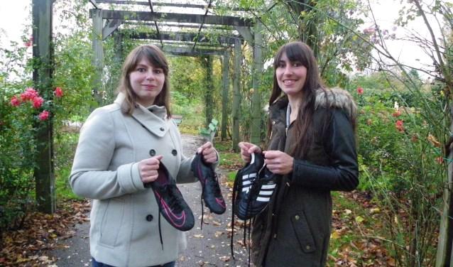 Kayleigh (met donkere jas) en Megan zijn gek van voetbal en spelen bij Floreant. De zusjes vinden het leuk om samen hun sport te beleven.