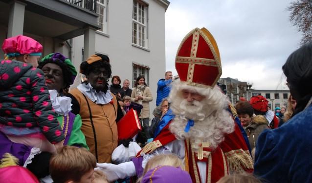 De Sint komt dit jaar voor de honderdste keer naar Bilthoven en neemt zijn Glutenvrije Piet mee. FOTO: archief intocht 2016
