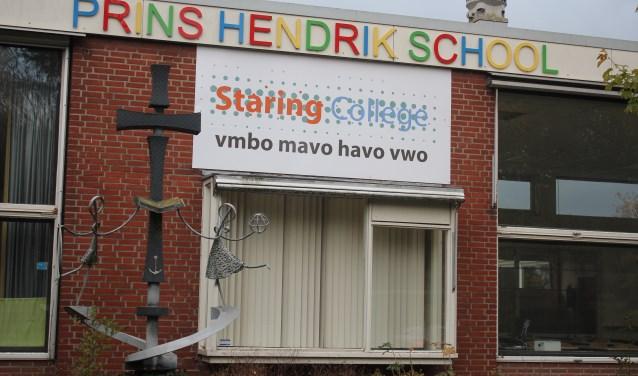 Twee schoolnamen op een gebouw geeft wel enigszins verwarring.