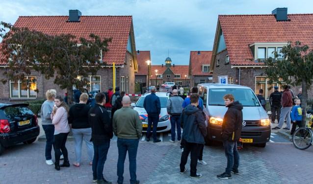 """Bij enkele bewoners van de Eduard Pielsstraat in Tiel zit de schrik er na de schietpartij van vorige week nog goed in. ''Ik voel me niet helemaal veilig hier."""" (Foto: Jan Bouwhuis)"""