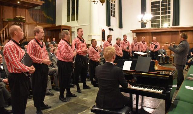 De Urker Mans formatie. Het gezelschap luidt het nieuwe jaar in met een concert in de Oude Kerk in Barneveld.
