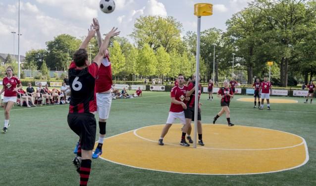 EKC Nääs (in het rood/zwart) verhuist met een prettig gevoel van het veld naar de zaal: alle zeven wedstrijden werden gewonnen. Foto: Leah Masselink
