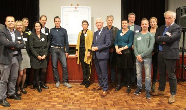 De Helmondse woningcorporaties tekenden met gemeente, politie, zorg- en maatschappelijke organisaties, het manifest. Foto: Mario Coolen, Cofoto Fotografie.