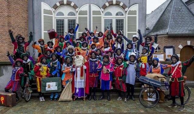 De Sint en zijn Pieten zijn blij dat ze weer welkom zijn op kasteel Stapelen in Boxtel. Daar zijn nog tot 3 december allerlei activiteiten voor de kinderen.