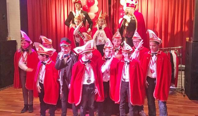 Onwennig en nog een beetje overdonderd poseerden de nieuwe jeugdraadsleden voor een foto. Bovenin zien we prinses Lise geflankeerd door adjudant Luca. Een enthousiaste groep die het komend carnaval ook tot een kinderfeest zullen maken.