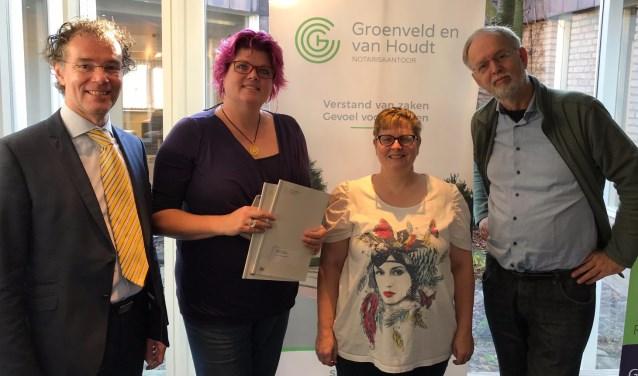 Plaatsvervangend notaris, Martin Tempelaar en het Bestuur v.l.n.r. Claudie Wegdam, Erica Dijkstra en Maarten van 't Hof.