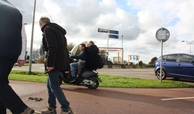 """De houten pergola op de rotonde Klapwijkseweg/Oostmeerlaan staat er al. """"Misschien heeft ons groene kunstwerk een positieve uitwerking en rijdt men straks rustiger."""""""