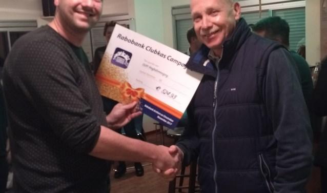 Ben Wenting overhandigd cheque aan voorzitter Mark Brandwacht