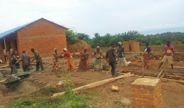 In Burundi wordt hard gewerkt aan de bouw van de school (Foto: marcuskerk)