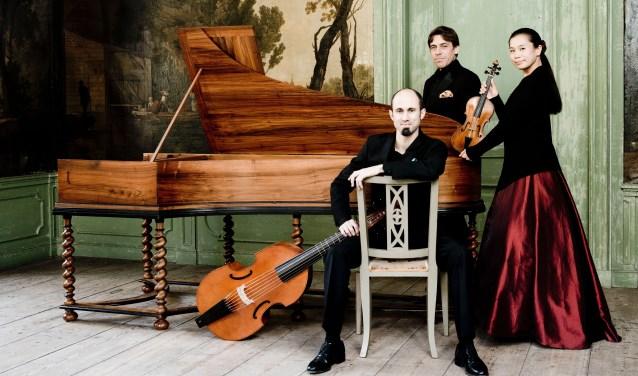 Barokensemble Fantasticus speelt op historische instrumenten en bestaat uit Rie Kimura, Robert Smith en Guillermo Brachetta.Foto: Marco Borggreve