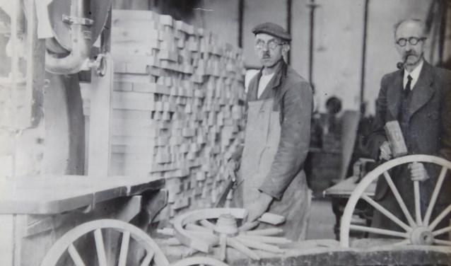 Johannes van Dijk in de wielmakerij in Montfoort