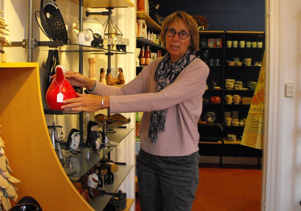 Voorzitter Tineke de Jong in de Wereldwinkel in Haaksbergen. Ze maakt zich zorgen. De winkel moet meer omzet draaien.   Foto: Stefan Wegdam © Persgroep