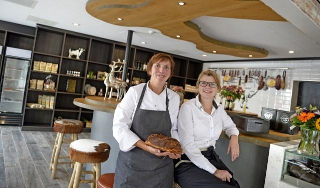 De zussen Yvonne Harink (Iinks) en Brigitte Pouwels-Harink geven met De Kokkerette een eigentijdse draai aan het bedrijf van hun ouders.