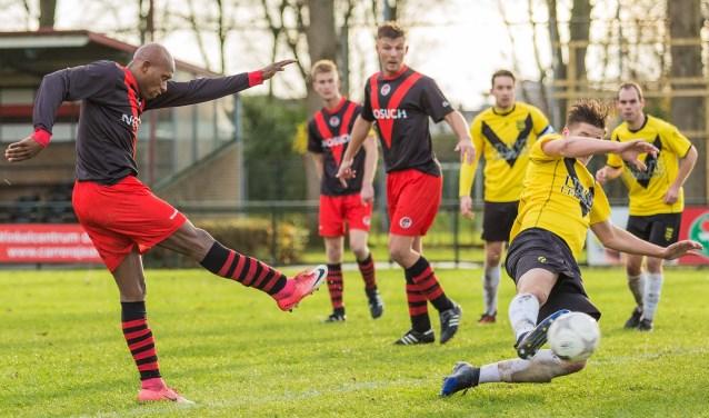 De maker van het tweede doelpunt Jay Luciano haalt uit, Meerkerk-verdediger Thijs van Klij is te laat. (Foto: Guillaume Kortekaas)