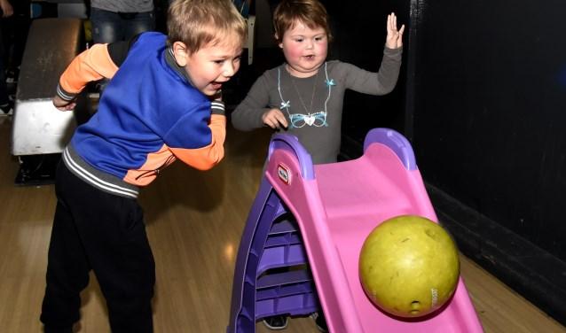 Finn en hartsvriendin Sophie hadden de dag van hun leven tijdens de Kanjer Wens Dag die eindigde met een partijtje bowlen in het Goudse bowlingcentrum Foto: Marianka Peters