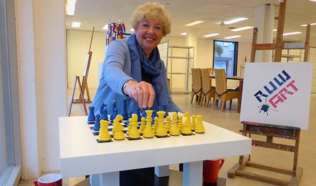 """Tanja Bukman is erg blij met de terugkeer van Ruw'Art naar 'hun' pand aan de Houtstraat 19 in Oss. Met de andere leden is ze bezig met een eerste indeling van Ruw'Art 2.0. """"Met meer openheid en transparantie."""""""