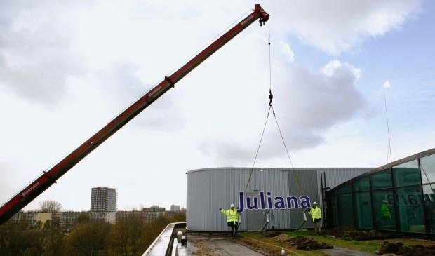 Don Poldermans en Fréderique Hofstede (managementteam JKZ) op het dak bij de lichtreclame