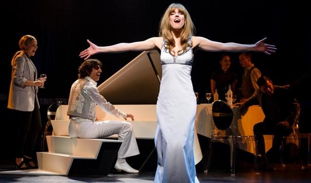 Renée van Wegberg als een jonge Liesbeth List in duet met Ramses Shaffy (aan de vleugel). Het is genieten van de prachtige teksten en de muziek . Foto Roy Beusker.