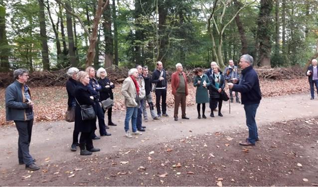 De kunstenaars luisterden aandachtig naar het inspirerende verhaal van Dedde Smid, directeur van het Belmonte Arboretum (foto Jan Boer)