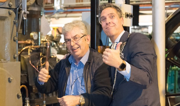 Peter Reichwein en burgemeester Aart Jan Moerkerke. (foto: Arco van Eijnsbergen)