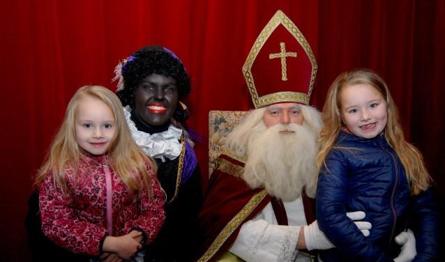 Trots op de foto met Sinterklaas en Zwarte Piet. (foto: Tom Oosthout)