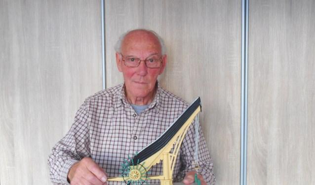 Hein van Gils toont zijn zelfgemaakte schaalmodel van de Vlaardingse Stadskraan. (Foto: Bart van der Linden)