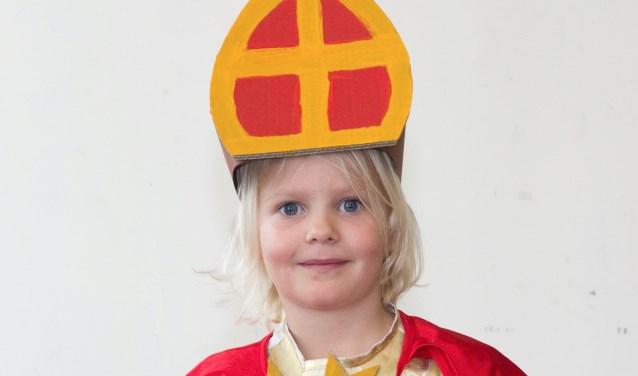 Liene Kuipers laat zien dat echt iedereen voor Sinterklaas kan spelen. Het kan overigens ook zonder mijter.