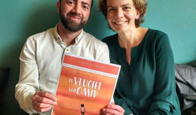 Lysette van Geel vertelt aan de hand van haar boek 'De vlucht van Omid' over een jongetje dat moest vluchten naar een ander land. Omid is ook bij de lezing op de basisscholen aanwezig.