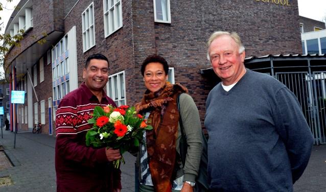 Enith Brigitha wordt verwelkomd door bestuursvoorzitter Rajesh Ramnewash van Stichting Hindoe Onderwijs Nederland en directeur Fred van de Poll van de Shri Vishnu School. (Foto: Jos van Leeuwen)