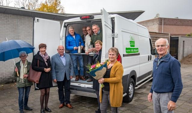 Zaterdag zijn aan de voedselbank de sleutels van een nieuwe koelbus overhandigd.(Foto: Jan Bouwhuis)