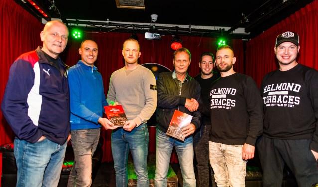 De organisatie van We Are Helmond overhandigt de eerste exemplaren aan (oud-)spelers Hans Meeuwsen en Maikel Verkoelen. (Foto: Bram van Oosterhout).