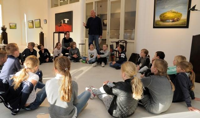 Leerlingen onderzochten vorige week de verhalende schilderijen en bronzen beelden in Villa Erica.