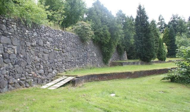 De Muur van Mussert is in slechte staat. Hij brokkelt langzaam maar zeker af en verschillende gebouwtjes zijn ingestort. (foto: Wikimedia)