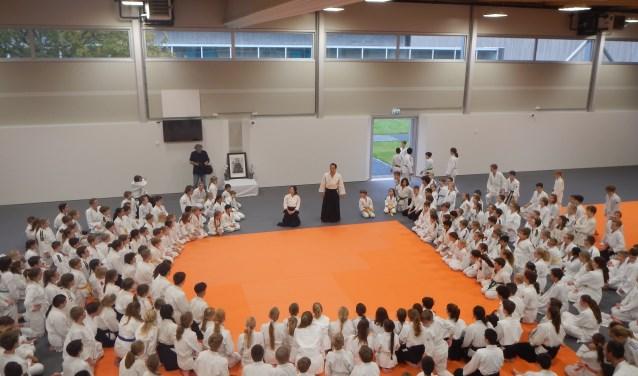 Een speciale aikido gastdocent uit Japan verzorgde de stage waarbij tweeëndertig aikido leerlingen van Aikido Groene Hart deelnamen.