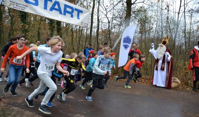 Sinterklaas lost zondagochtend weer het startschot voor de jeugdloop van de Surpriseloop van AC Olympia.