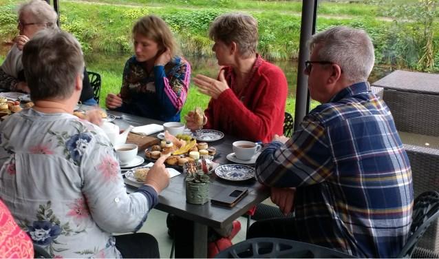 Tijdens de high tea was er alle tijd om met mede mantelzorgers uit de wijk in gesprek te gaan.