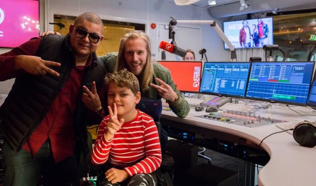 Zanger/producer Brownie Dutch en Qmusic dj Stephan Bouwman in de studio met Noud voor de opname van Slow Down. Foto PR