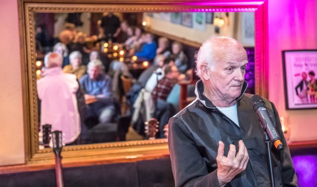 Janpieter Boudens presenteerde de eerste Open Ton in Grand Café Public. (foto: Frans Paalman)