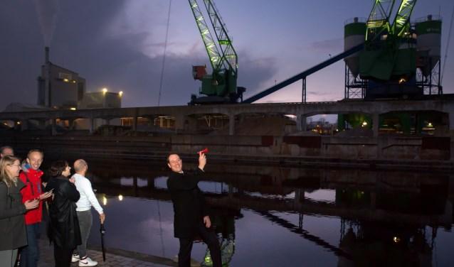 Wethouder Revis toont de vernieuwde Saturnuskade in de Brinckhorst. Foto: PR