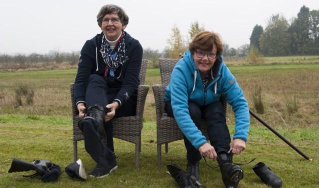 Clasien van de Westeringh uit Heteren (links) en Cobie van Beem uit Herveld vinden schoonrijden een heerlijke sport. Ze hopen op natuurijs zodat ze de charme van de sport onder een breed publiek onder de aandacht kunnen brengen. (foto: Ellen Koelewijn)