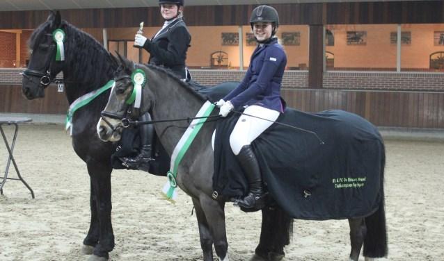 Kampioenen Jolie van Wijngaarden (rechts) en Regina van Bakel. (Foto: Marc Mattijssen)