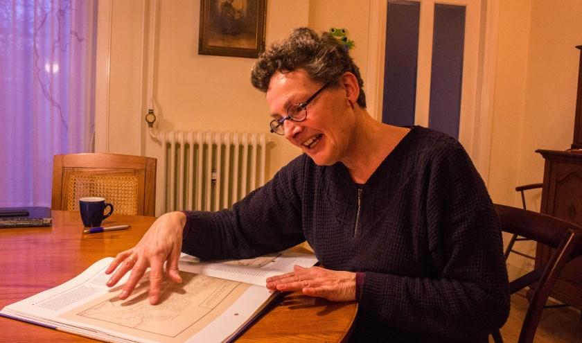 Ottie Thiers wijst de plek van de Vughtse schuurkerken aan die ontdekt zijn bij de samenstelling van de historische atlas 'Vught en Cromvoirt in kaart'. Foto: Lisette Broess-Croonen.
