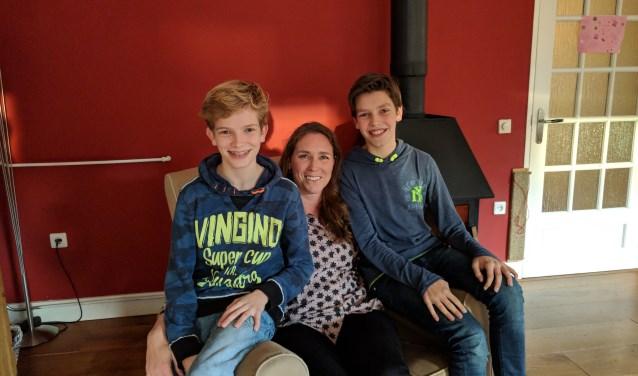 Anneke Puttiger vertrekt met haar twee zonen Just van Engeland en Paul van Engeland op 23 december voor drie weken naar Ghana. Het drietal zal daar vrijwilligerswerk verrichten. Ook zamelen ze 1500 euro in voor een watertoren. (Foto: Metka Hagen)