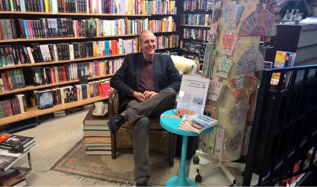 Dick van Kooten tijdens een signeersessie bij boekhandel De Gruijter in Sliedrecht. (Foto: Privé)